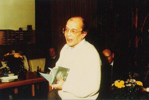 Cornets de Groot neemt bij zijn afscheid 'Ik predik de nadorst' in ontvangst (1985).