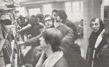 In de Amsterdamse bibliotheek met Heeresma. Daarachter Simon Carmiggelt in gesprek met Peter Andriesse. Schrijversprotest, 1970.