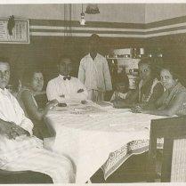 Onbekend, Ciel, Piet, onbekend, Maud, Dicky, Mieneke. Oktober 1927 volgens de kalender!