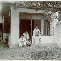 Maud, Piet (in venstergat), Tuindorp 3, Bandoeng.