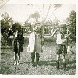 Loes, Maud (?), Rudy. Onderschrift: 'Kabouter, Padvindster, Welp. Padang'