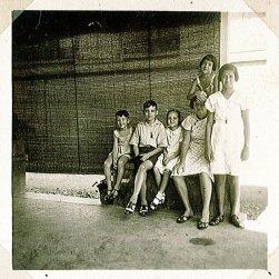 Rudy links, Loes staand op bankje. Onderschrift: 'Sawahan 15'