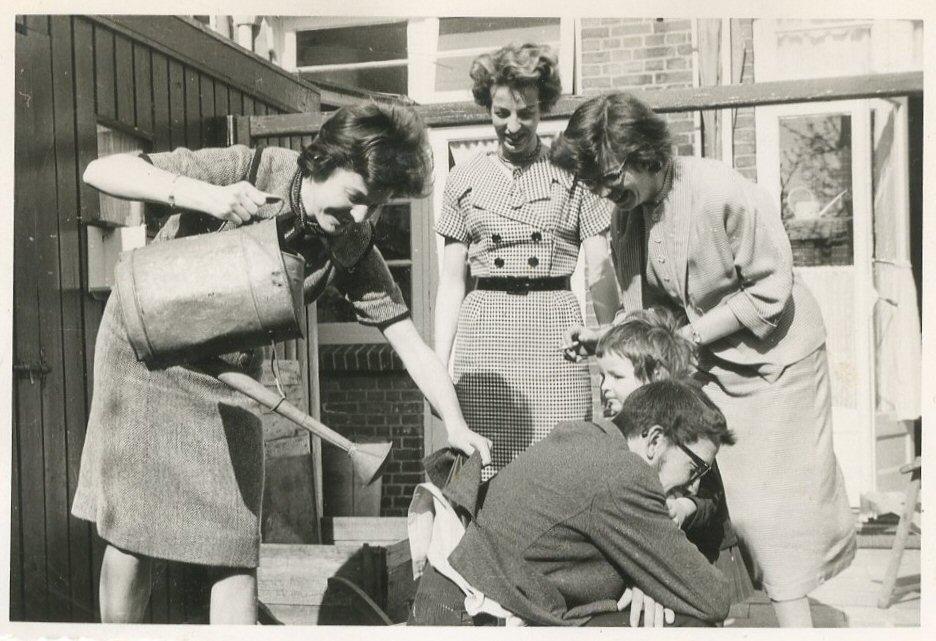"""De zusters Henny, Anke en Willy, daaronder Andrea en Rudy. """"Eind april 1960 bij 't afscheid van Anke + Berry"""""""