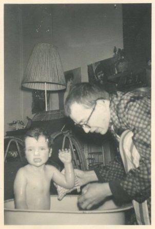 """28 februari 1962, tante Henny maakt foto's van Saskia in bad."""