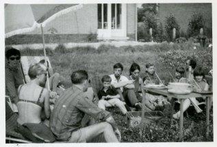 """Willy links, rechts Rudy met Rutger en Andrea. """"Op bezoek in Opwijk, België tijdens vakantie in Zeeland, juli '68"""""""
