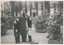 """Met Rutger en Saskia. """"6 november 1971. Najaarsfoto's op het Voorhout."""""""
