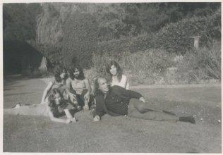 """Op vakantie in Canterbury, Engeland, 1972, met Dirk Bobbe. """"Achtertuin, New Dover Road 38"""""""