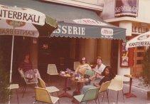 """In Bergerac tijdens de vakantie in de Dordogne, juli 1974. """"Op 't terras in Bergerac, waar we Jos opwachtten"""""""