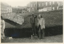 """Vakantie in de Ardennen, 31 juli - 14 aug 1971, bij het beeld 'Le Guetteur', ook wel 'La Vigie' van Christian Leroy bij de abdij van Stavelot. """"En Rudy wou zich meten."""""""