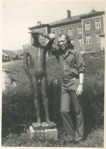 """Bij het beeld 'Le Guetteur', ook wel 'La Vigie' van Christian Leroy naast de abdij van Stavelot. """"Nagekomen vakantiefoto uit de Ardennen, aug '71"""""""