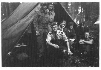 Links, als korporaal in militaire dienst, 1951