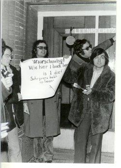 Vlnr Cornets de Groot, onbekend, Heere Heeresma, Hans Dütting, tijdens het schrijversprotest bij de bibliotheek van Den Haag, 1970