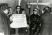 Vlnr Peter Berger, Cornets de Groot, onbekend, Hans Dütting, Mies Bouhuys, Heere Heeresma, onbekend, tijdens het schrijversprotest bij de bibliotheek van Den Haag, 1970