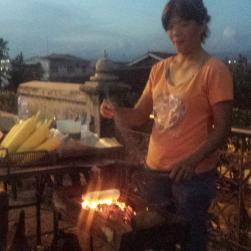 Gegrilde maïskolven met sambal en palmsuiker. Ze verkocht ook gegrilde banaan met kaas (?) en hagelslag (??)