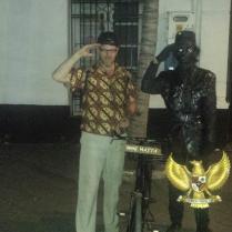 Met een straatartiest verkleed als Bung Hatta.