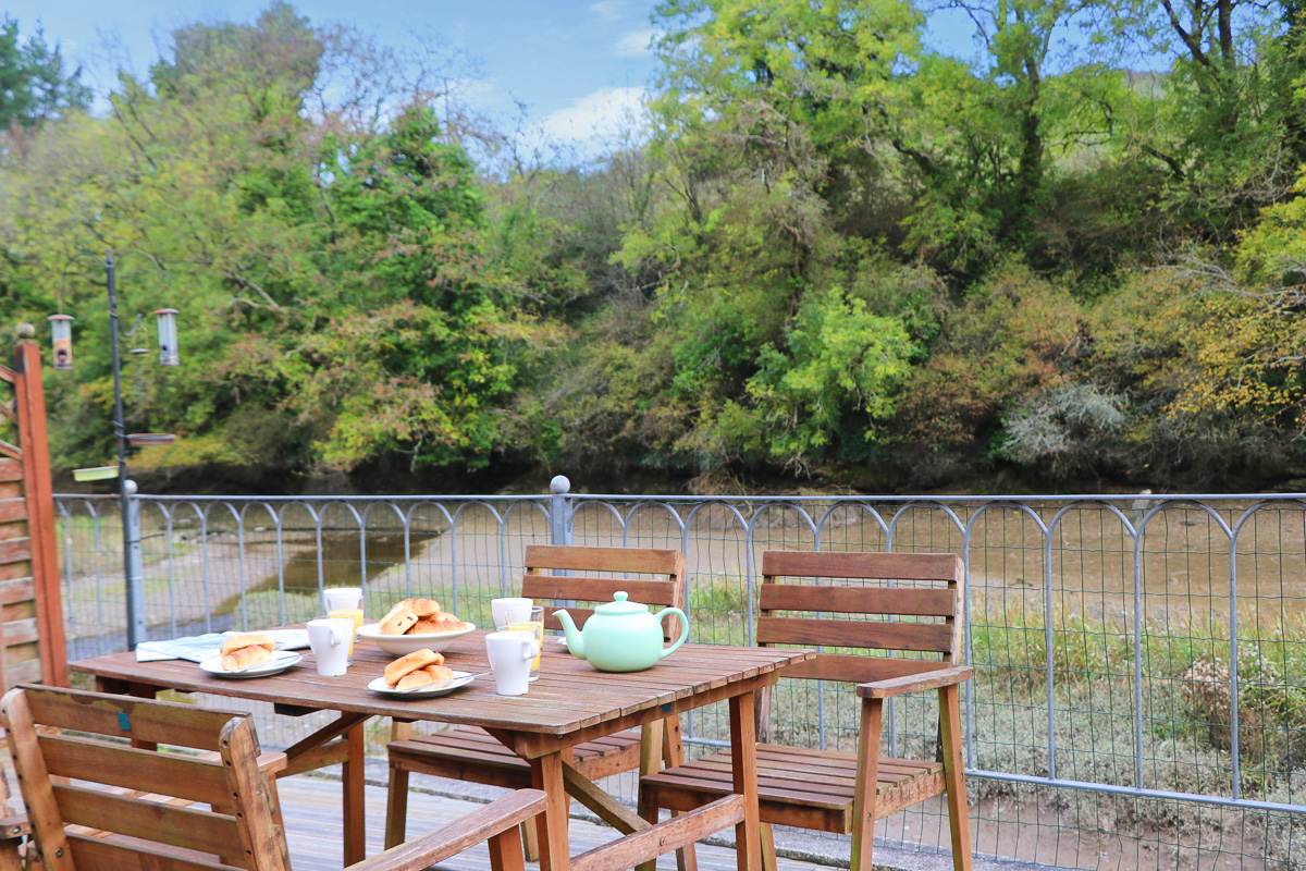 holiday cottage close to Padstow Cornwall Kingfishers outside dining