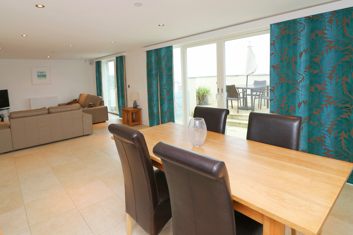 Foxcove Ocean Blue holiday apartment dining area