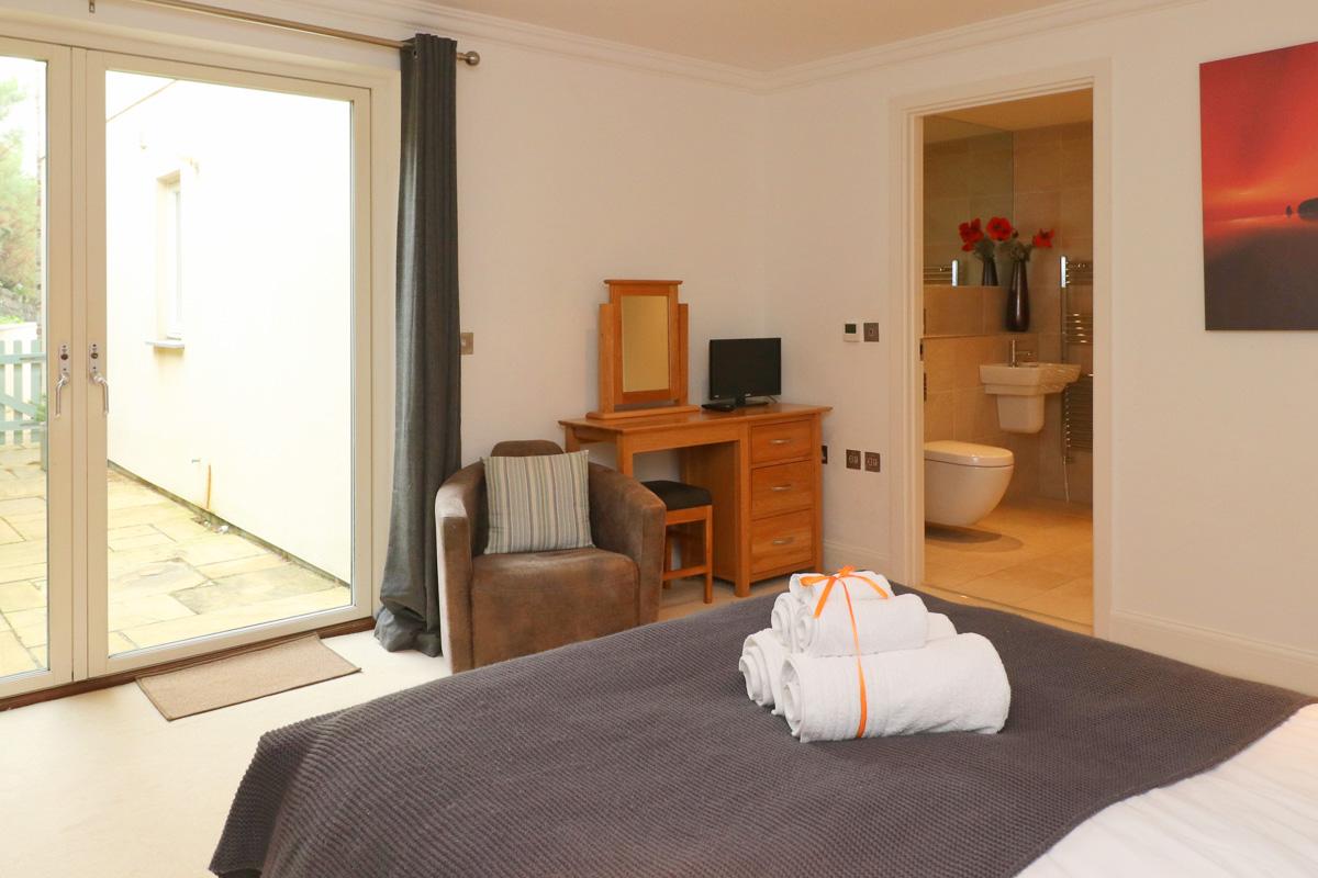 Harlyn Ocean Blue holiday apartment master bedroom