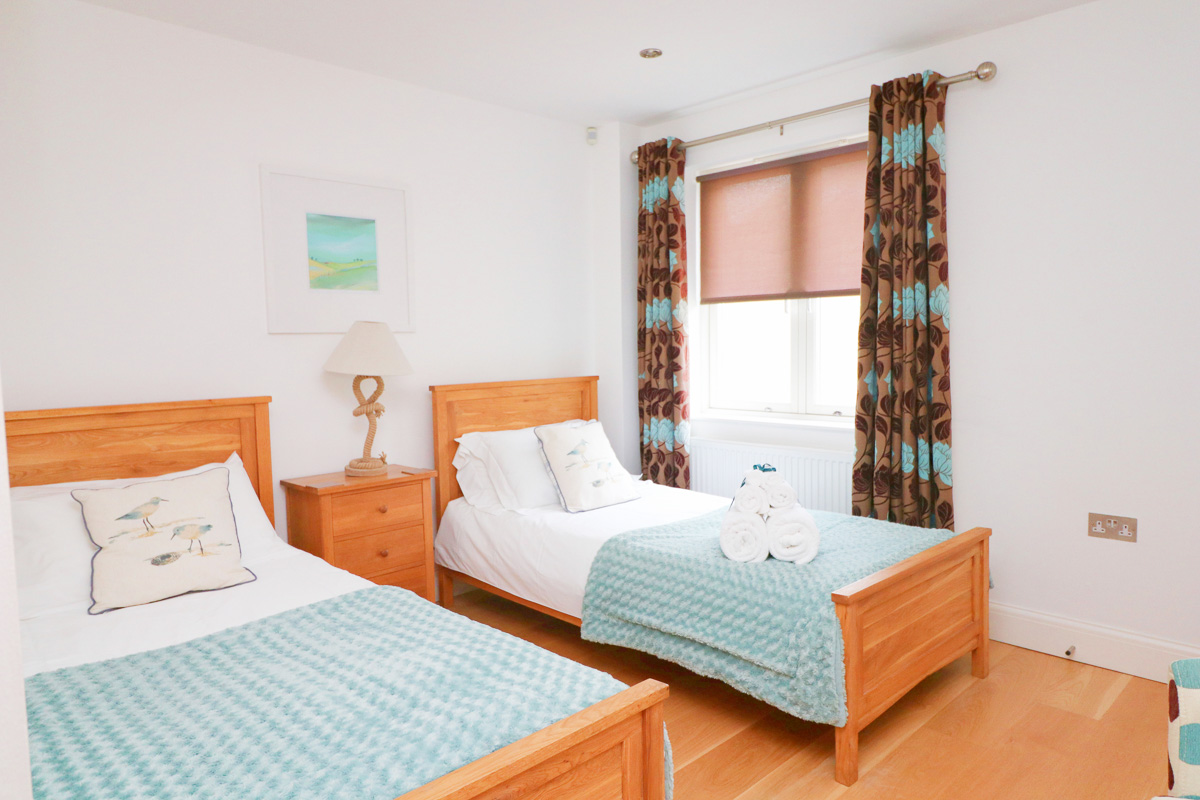 Trevarrian Ocean Blue Holiday apartment Cornwall twin bedroom