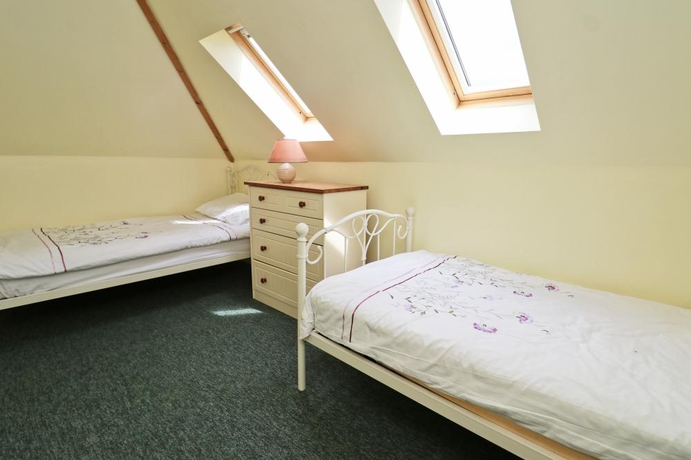 Choca holiday cottage Harlyn Cornwall twin bedroom