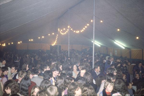 1985. A l'intérieur du chapiteau.