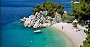 B32DHH Beach and coastline at Brela, Makarska Riviera, Dalmatia, Croatia