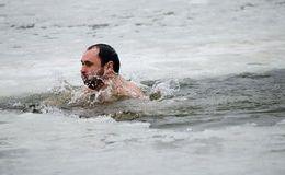 dniepret-zwemmen-het-ijs-gat-31586368
