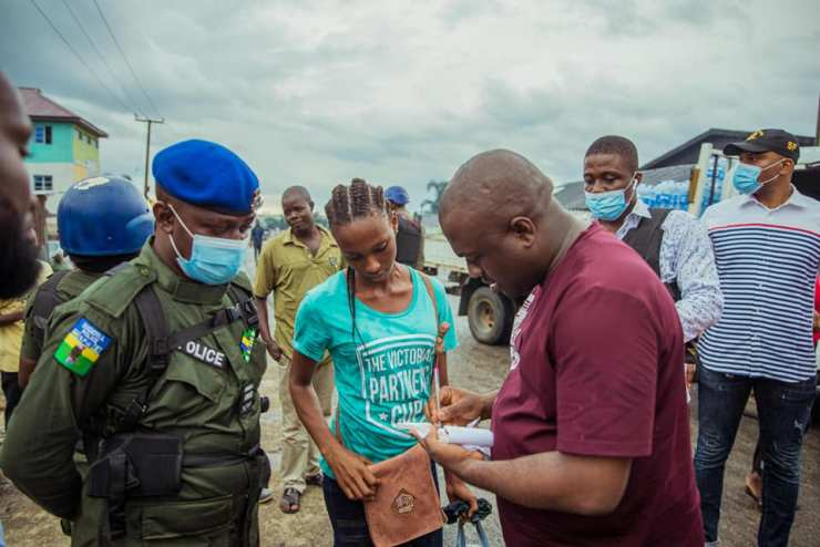 Nigerian man surprises lady with N500k after his car mistakenly splashed  water on her - ITALK NIGERIA