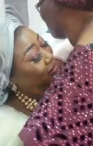 Emotional moment a mother knelt down during wedding to plead with her in-laws to take care of her daughter (Video)