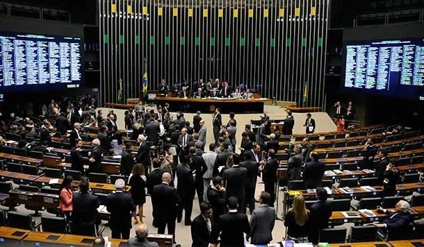 Deputados aprovam o fim da CLT com terceirização geral, irrestrita