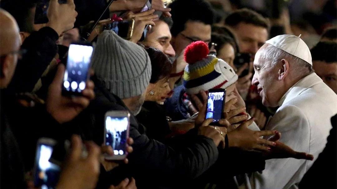 O papa Francisco, pouco antes de seu discurso, foi abraçado pela multidão que o aguardava na Praça de São Pedro