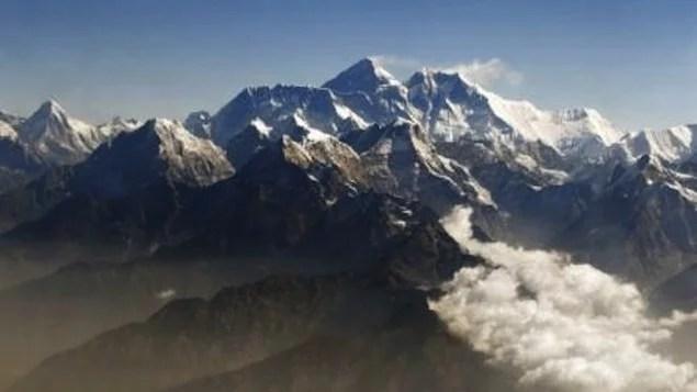 Sherpas encontram alpinistas mortos em barracas no Everest