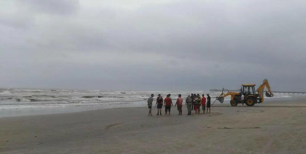 Equipamentos da prefeitura de Cidreira irão ajudar a desencalhar a embarcação - Foto: Leandro Miranda / Correio de Imbé / Divulgação / CP