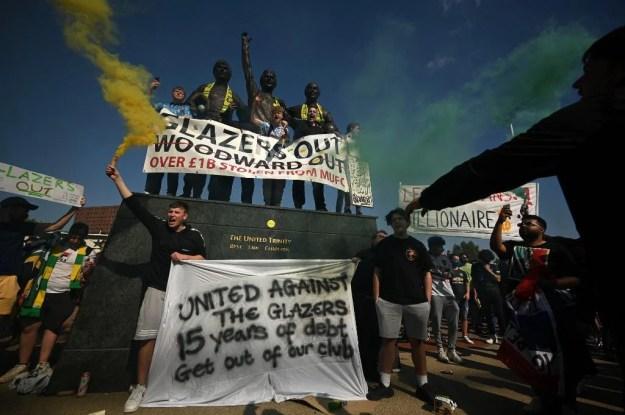 A entidade também investiga os acontecimentos que causaram o adiamento do jogo entre Manchester United e Liverpool