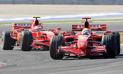 Massa e Raikkonen durante una fase della gara (Afp)