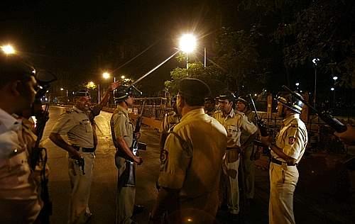 Polizia nei pressi della stazione di Mumbai (Reuters)