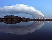 Le emissioni della centrale a carbone di Cottbus, in Germania (Reuters)