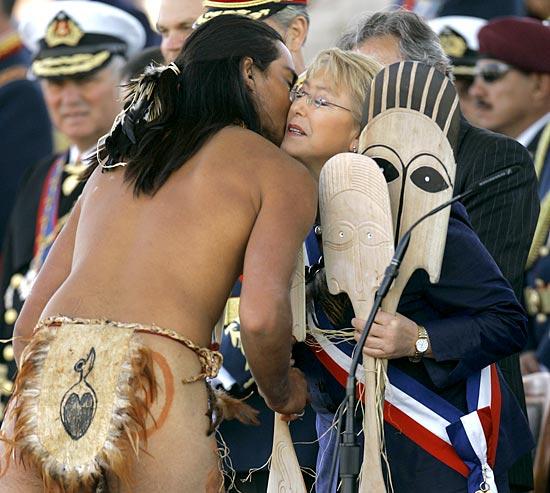 SALUTI PASQUALI Il presidente del Cile, Michelle Bachelet, riceve i saluti di un abitante dell'isola di Pasqua, territorio cileno (Roberto Candia/Ap)