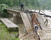 Un ponte abbattuto dalla violenza dell'acqua in Romania