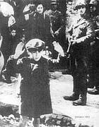 La foto del bambino ebreo scattata nel ghetto di Varsavia nel 1943