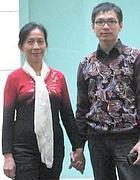 Zhheng Yuantao con la madre Wu (dal blog)