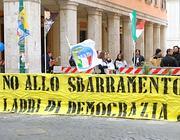 La protesta de La Destra davanti al Senato contro lo sbarramento al 4% (Lapresse)