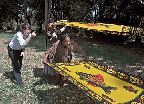 La regista Letizia Quintavalla dirige le prove nel parco Rowallan di Nairobi (Frederic Courbet)