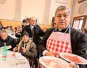 Il cardinale di Napoli, Crescenzio Sepe, serve a tavola i poveri durante il pranzo natalizio
