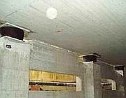 Isolatori in gomma installati nelle fondamenta di un edificio: hanno la funzione di smorzare le vibrazioni generate da una scossa sismica