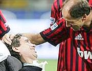Stefano Borgonovo, ex calciatore del Milan diventato testimonial della lotta contro la Sla, salutato da Franco baresi prima di una partita di calcio per raccogliere fondi per la ricerca contro la malattia (Ansa)