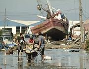 Barche distrutte sulla costa cilena, a  Talcahuano, vicino a Concepcion (Reuters)