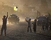 Bambini giocano con un aquilone a Kabul (Ap)