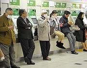 Attese in stazione (Ansa)