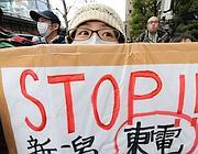 Una manifestazione di protesta a Tokyo (Afp)